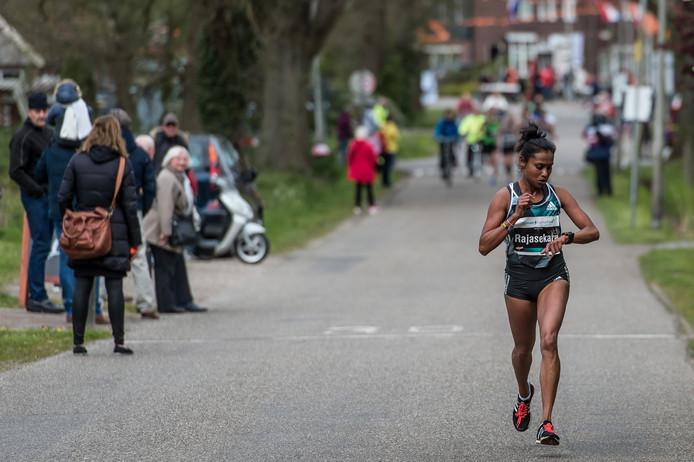 Een beeld van de afgelopen Enschede Marathon. 'Ergens' loopt een onbekende buitenlandse deelneemster haar eigen wedstrijd, het publiek is er niet echt van onder de indruk. Dat moet anders, vindt onder meer Huub van Langen.