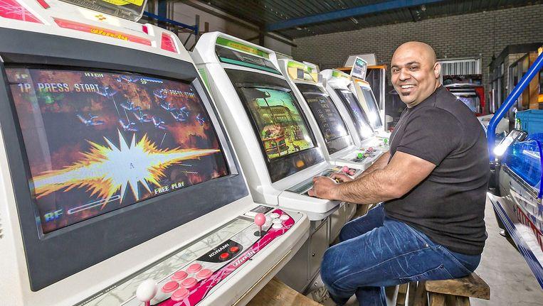 Hasan Tasdemir glundert van plezier tussen de rijen arcadekasten, waar games op draaien die vroeger enorm populair waren.