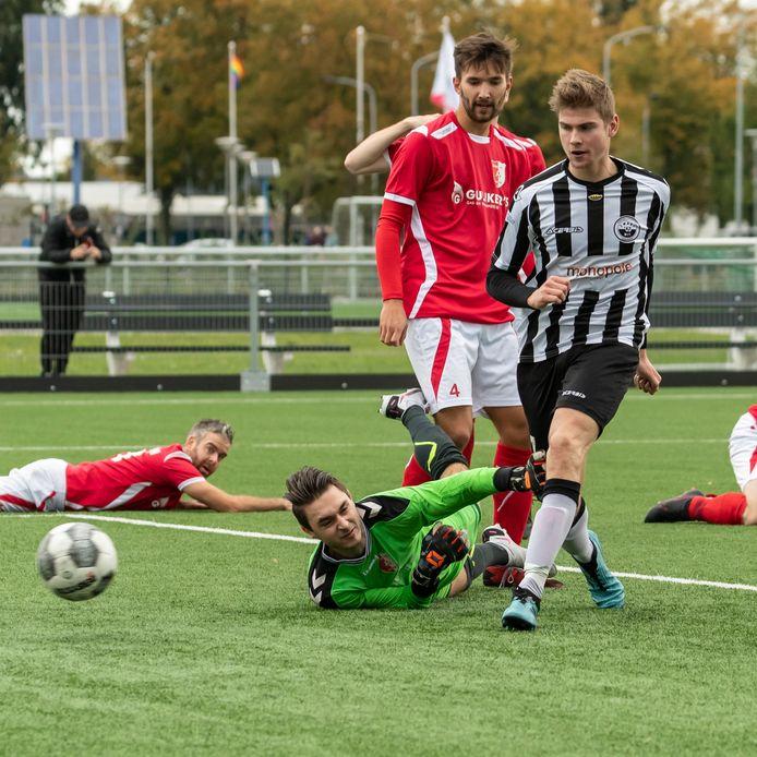 Martijn Smits is er weer in geslaagd om doelman Joris ten Bolscher van Rood-Wit te passeren. Smits en Zwart-Wit zegevierden met 4-1.
