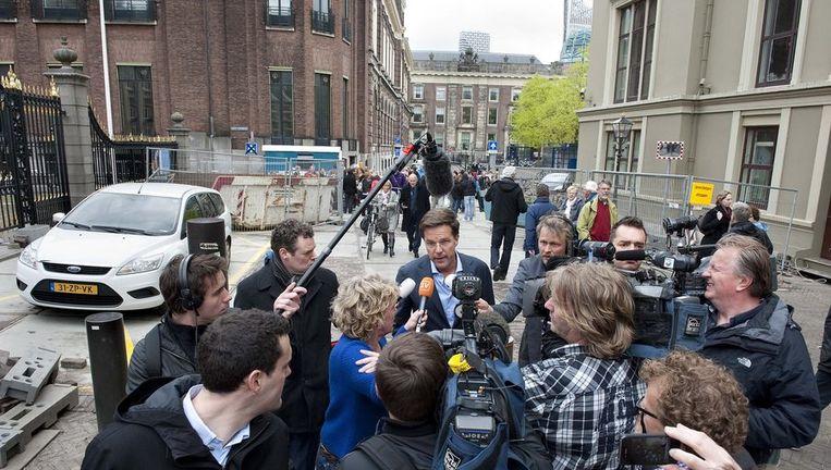 Premier Mark Rutte staat de pers te woord na het overleg op het ministerie van Financien met staatssecretaris Kees de Jager, vicepremier Maxime Verhagen met de fractieleiders Stef Blok (VVD) en Sybrand van Haersma Buma (CDA). Beeld anp