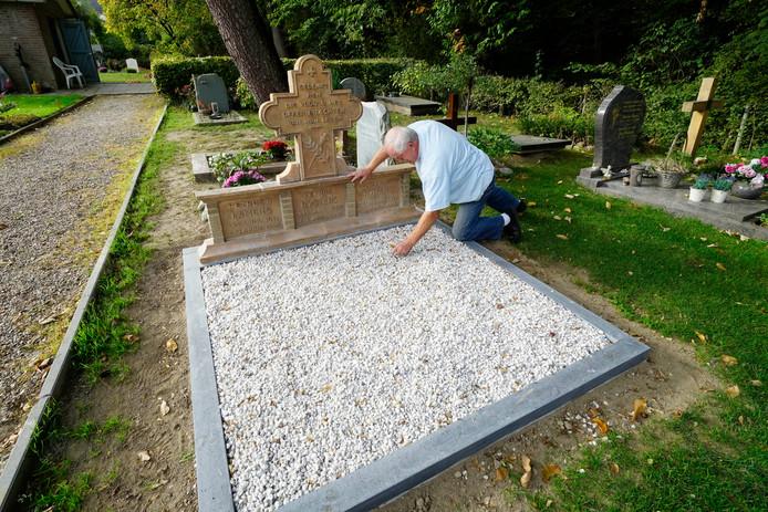 Vrijwilliger Ben Willems legt de laatste hand aan het gerestaureerde grafmonument op de RK begraafplaats in Beek.  Foto Gerard Verschooten