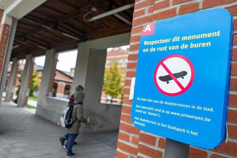 Ook in Antwerpen is er rond heel wat openbare gebouwen een skateverbod.
