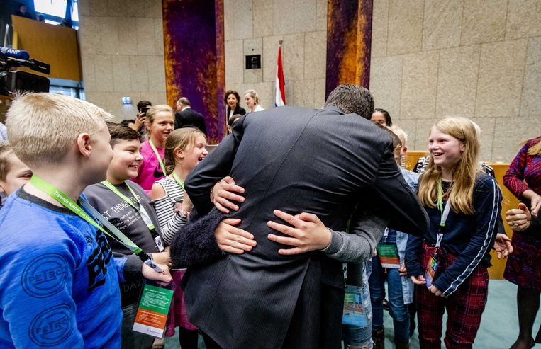 Premier Rutte met leerlingen in Tweede Kamer tijdens het kindervragenuurtje.   Beeld ANP