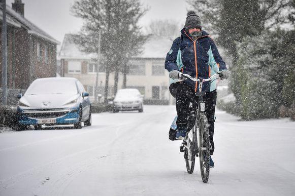 Voor fietsers waren de besneeuwde wegen geen pretje.