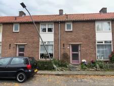 Auto rijdt tuinhek omver en ramt lantaarnpaal in Rheden