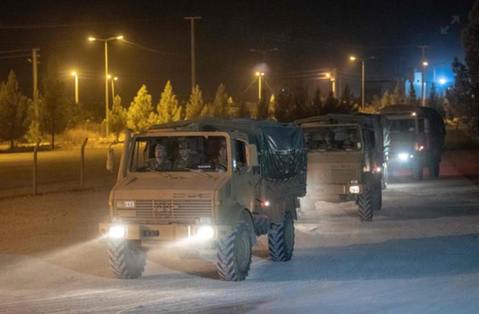 L'armée turque a dépêché des renforts à sa frontière avec la Syrie, et de nouveaux véhicules blindés y ont été massés.