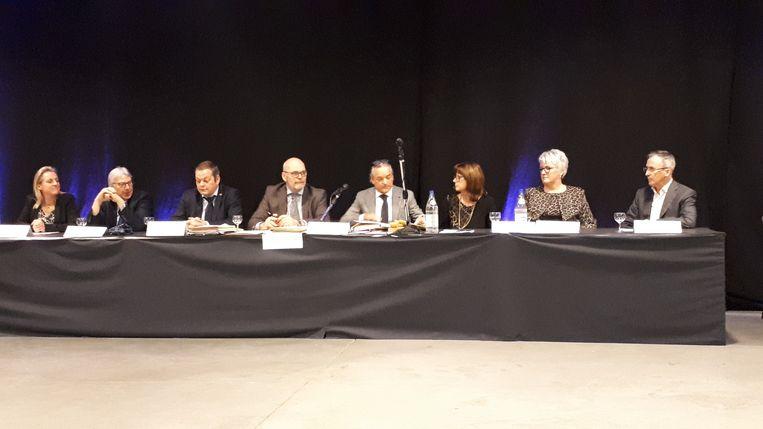 Het nieuwe college van burgemeester en schepenen en algemeen directeur Daniël Adriaens.