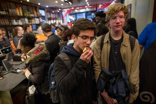 Adnan (links) en David stonden vijftien uur in de rij voor de eerste donut