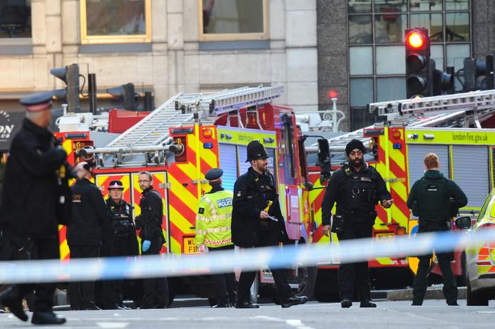Politie en hulpverleners bij London Bridge kort na de aanval vrijdagmiddag.