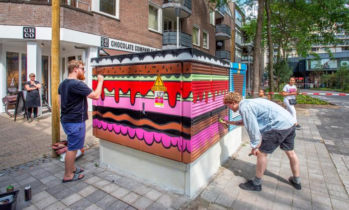 Kenny Jacobs (zwart shirt) en Tom van der Pijl zijn druk doende het Trafohuisje op te fleuren in de huisstijl van Chocolate Company.