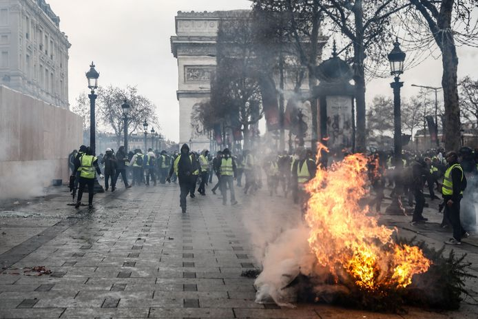 In het centrum van Parijs zorgen demonstreren ontevreden Fransen met gele hesjes al drie weken elk weekeinde.