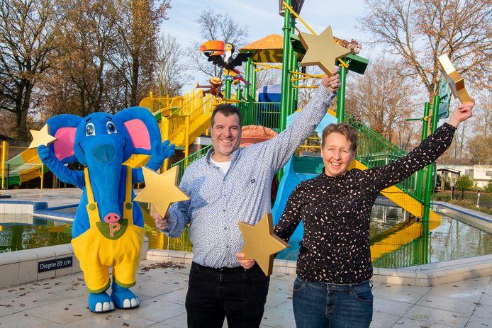 Marcel en Marinke Schuldink vieren de vijfsterrenstatus met mascotte Pallie.