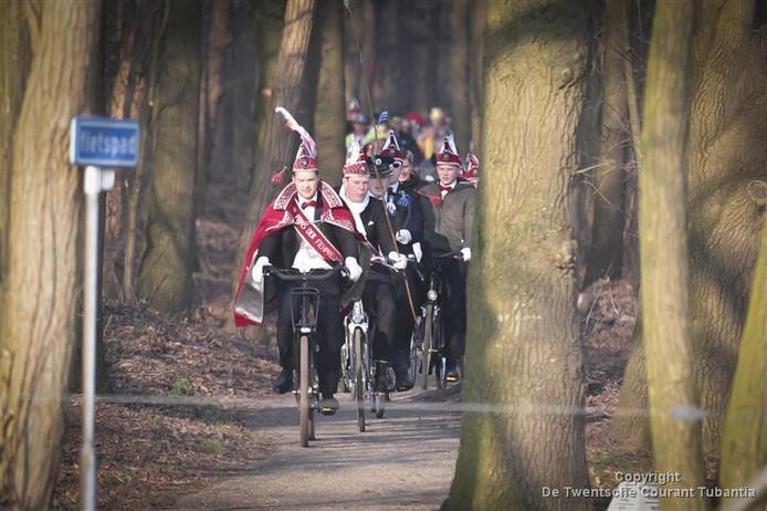 Dit jaar geen lange fietsenpolonaise, maar een wereldrecordpoging van carnavalsvereniging De Fienpreuvers om in 222 minuten 11 open-air festivals in Holten te bezoeken.