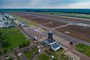 Lelystad Airport met de verkeerstoren nog in aanbouw. Inmiddels is het vliegveld klaar om open te gaan voor vliegtuigen van het type Boeing 737 en Airbus A320.