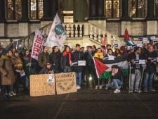 Start van een hete gemeenteraad, betoging voor stadhuis, groen-raadslid daagt uit met Arafatsjaal