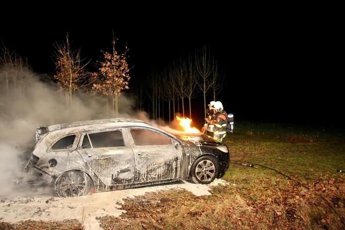 Auto uitgebrand in bosgebied Oosterhout.