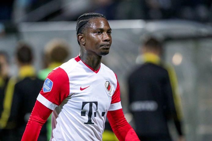 Eljero Elia gaat boos van het veld na de 1-1 in Venlo.