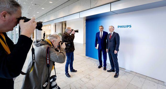 CFO Abhijit Bhattacharya en CEO Frits van Houten van Koninklijke Philips NV tijdens een fotomoment voorafgaand aan de persconferentie. Het elektronicaconcern maakte de resultaten van 2109 bekend.