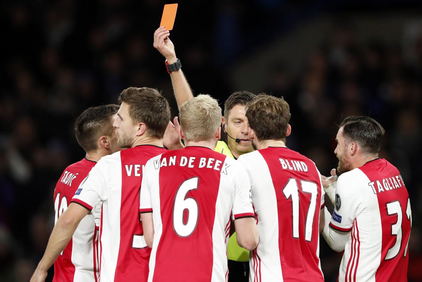 Joël Veltman krijgt de rode kaart.