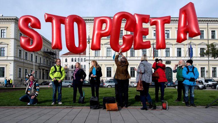 Demonstranten protesteren voor het Beierse Ministerie van Binnenlandse Zaken in München tegen het CETA-vrijhandelsverdrag op 14 oktober 2016. Beeld anp