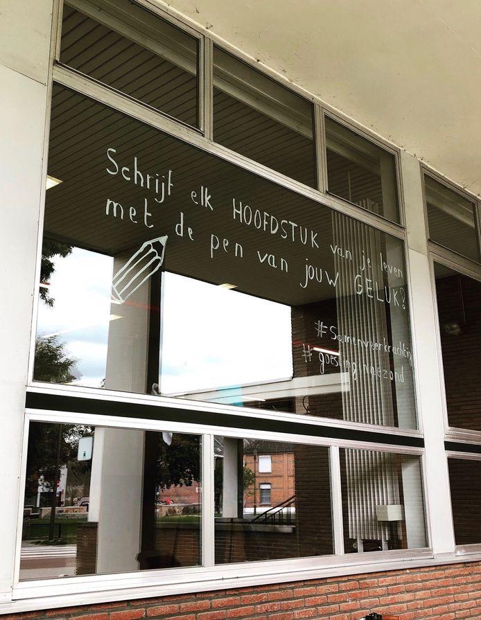 Op verschillende gebouwen en etalages in Willebroek vind je positieve spreuken terug.