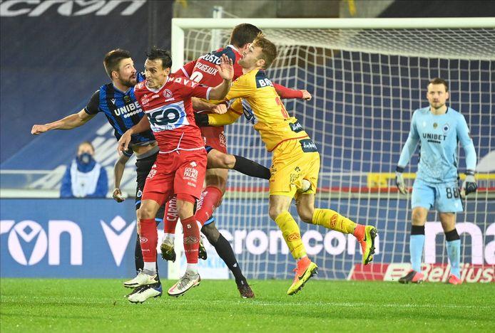 Ongewoon moment in de slotfase vorig weekend op Club Brugge. KVK-doelman Ilic gaat, onder het oog van Mignolet, samen met verdedigers Sainsbury en Rougeaux voor de bal bij de laatste hoekschop voor KV Kortrijk.