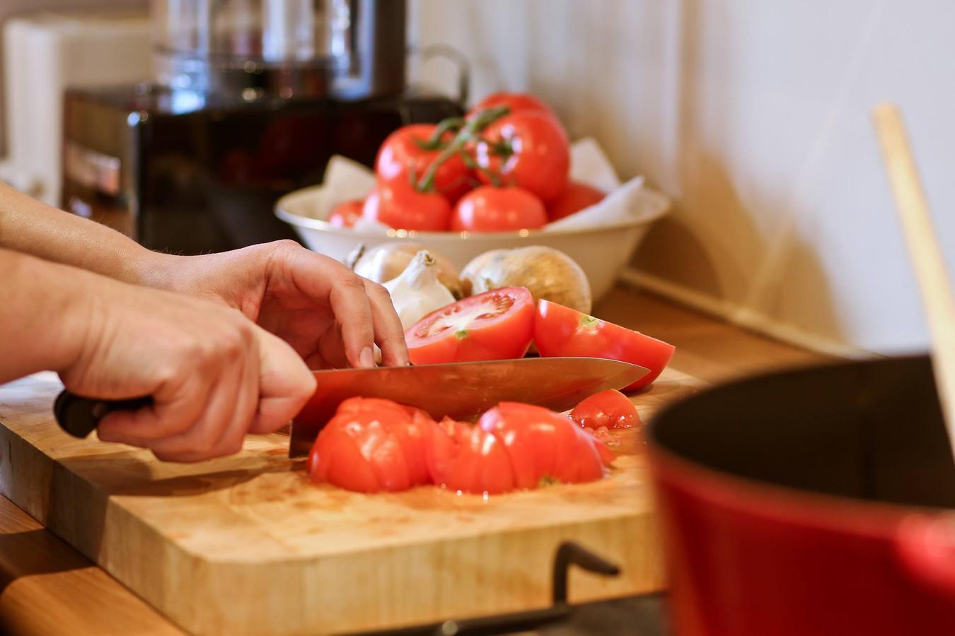 Danielle Tempelaars bereidt een pastasaus voor het gezin.