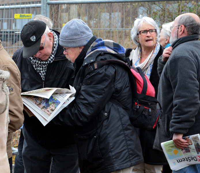 Met een exemplaar van BN DeStem in de hand volgen geïnteresseerden de verplaatsing op de voet. foto Richard Gesell