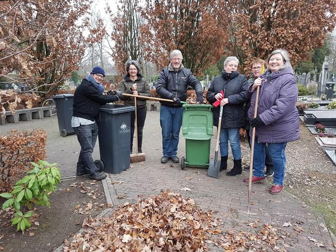 Agnes Remeijsen (rechts) nam het initiatief om met een ploegje de begraafplaats aan de Gershwinstraat in Tilburg op te knappen