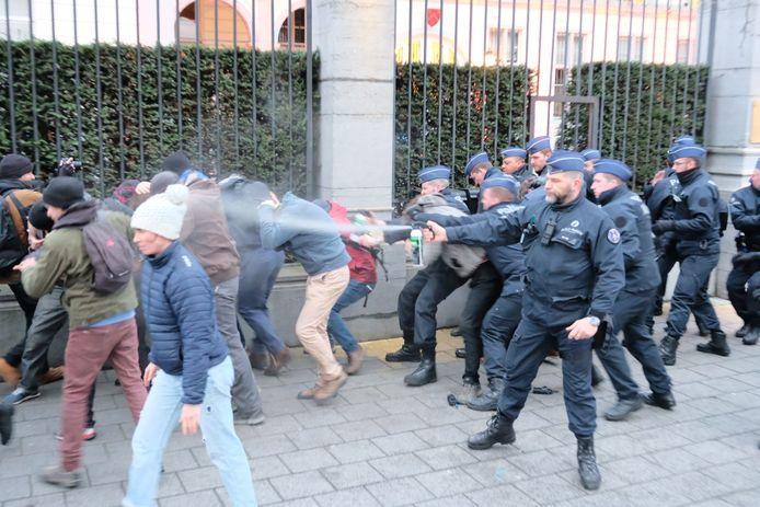 De politie gebruikt traangas.
