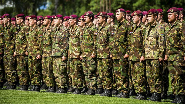 Nederlandse soldaten tijdens de officiële integratieceremonie van de Luchtmobiele Brigade. Beeld anp