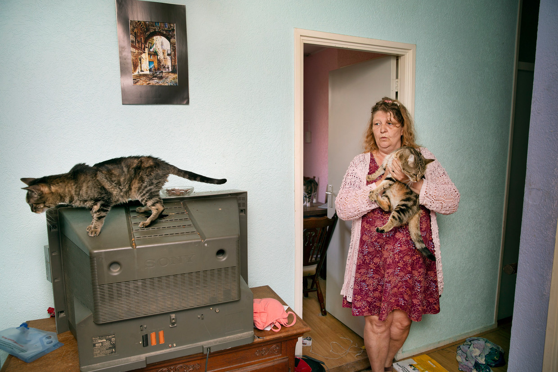 Tanja van der Wiel kwam na een zwervend bestaan in aanmerking voor een appartement via het Housing First. Naast het werk als vrijwilligster een buurthuis, heeft ze thuis haar handen vol aan haar katten Sun en Shine.