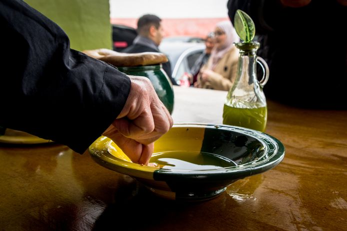 La nouvelle huile est l'huile la plus savoureuse, un morceau de pain suffit à l'apprécier.