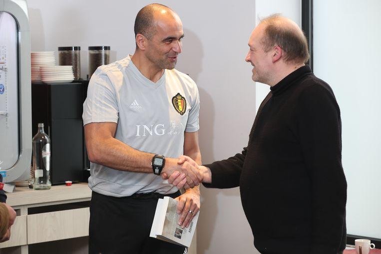 Auteur Raf Willems overhandigt een exemplaar van zijn boek 'Weltmeister' aan bondscoach Roberto Martinez.