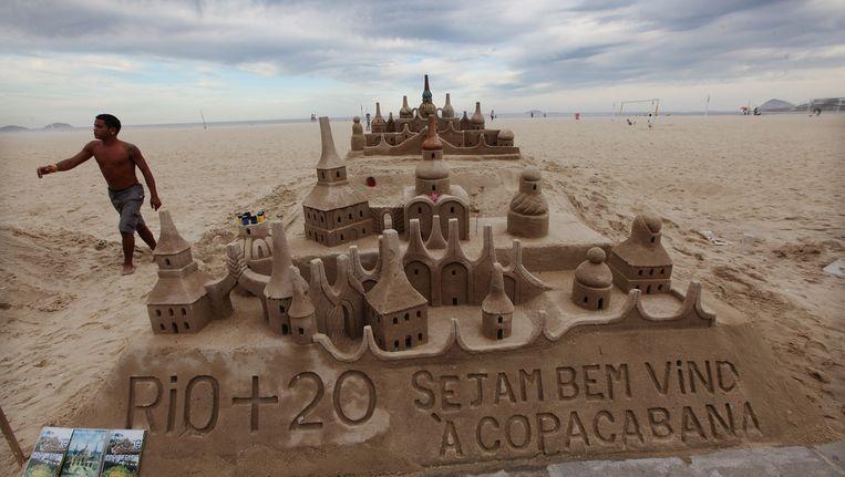 Een zandsculptuur van Rio+20 op het strand van Copacabana, Beeld Getty Images