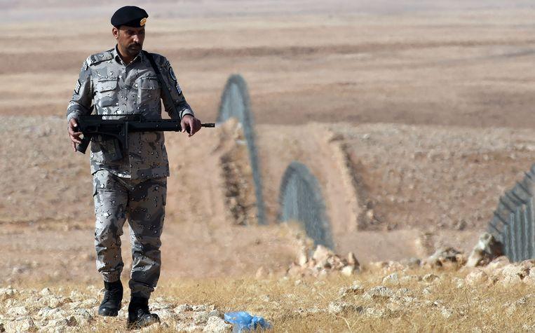 Een Saoedische grenswacht patrouilleert aan de grens met Irak. Beeld afp