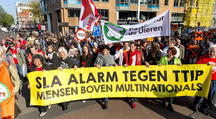 Milieudefensie doet zijn voorstel zaterdag tijdens een grote manifestatie tegen vrijhandelsverdragen CETA en TTIP te Amsterdam