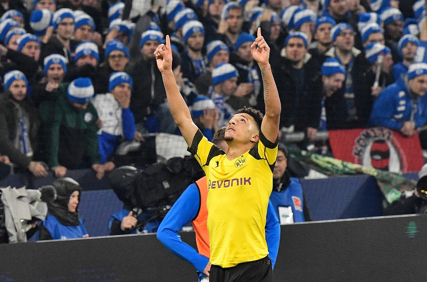 Jadon Sancho viert de winnende goal voor Dortmund tegen Schalke.
