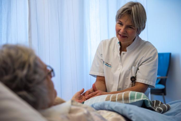 Inez Olivier is vrijwilligster van inloophuis de Eik en helpt kankerpatiënten door o.a. ontspannende handmassage en een goed gesprek.