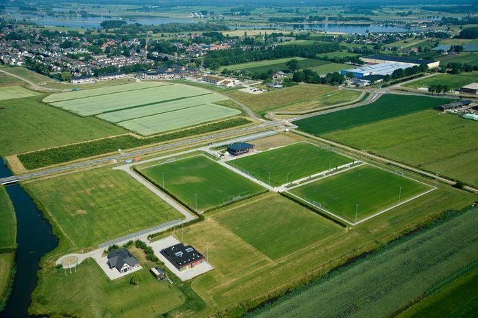 Het sportpark van MEC met rechtsboven het Wehkamp-complex. Daarnaast komt Doejneburg II