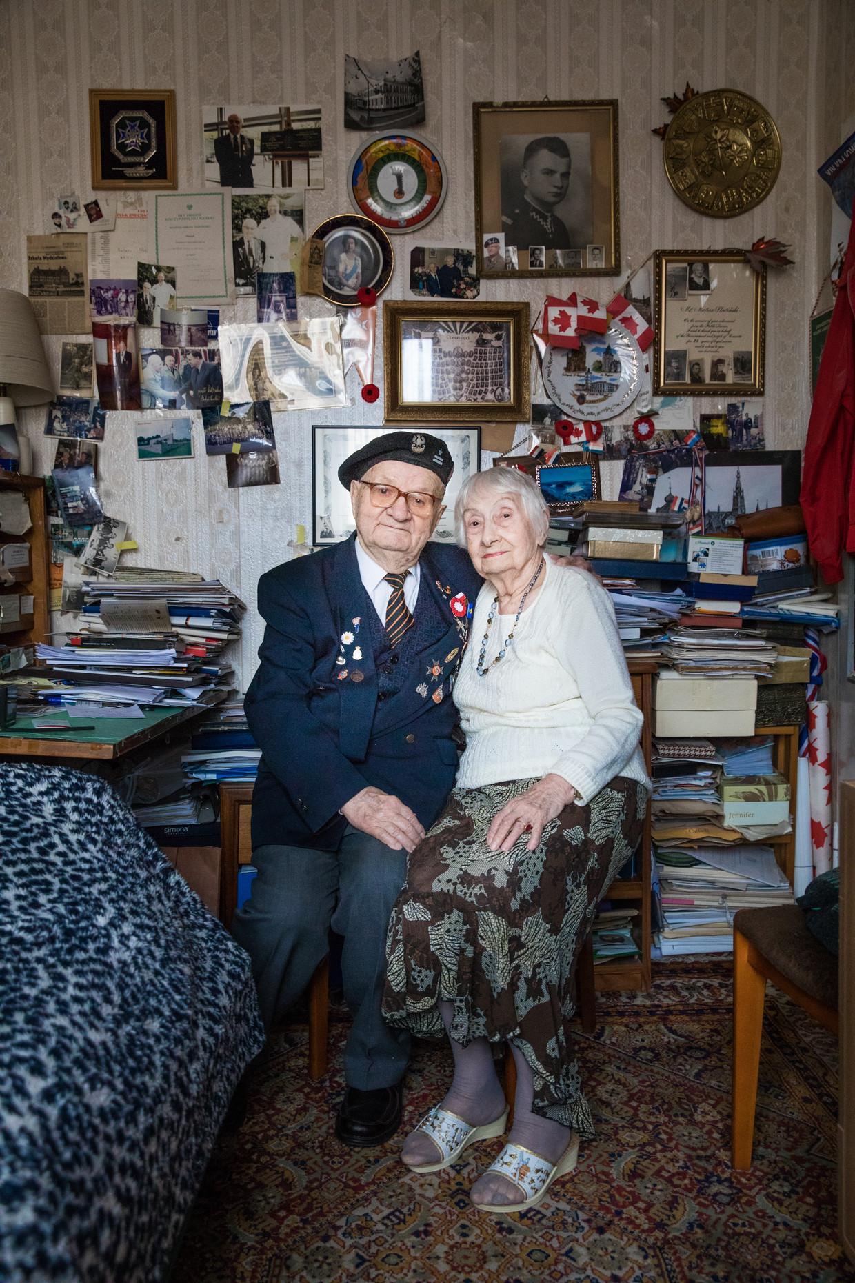 Marian Slowinski, veteraan van de Tweede Wereld Oorlog en zijn vrouw, ook veteraan, in hun apartement in Warschau.