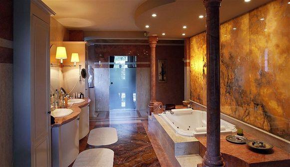 In deze badkamer zit veel marmer verwerkt. Of de overige zeven eveneens muren van marmer hebben, is niet bekend.