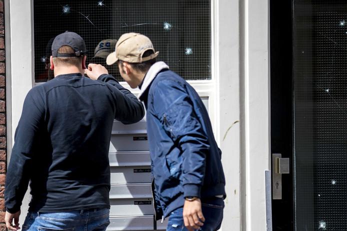 Het raam van portiekwoningen in Centrum van Delft is beschadigd door kogels. In de Peperstraat zijn ook bij de coffeeshop The Future, zonnestudio Sunstyle en Kobi's Grill kogelgaten in de ruiten gevonden.