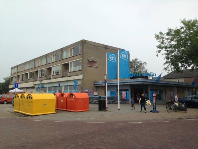 Boven de Albert Heijn zijn nu nog zes woningen. FOTO Coen Hagenaars