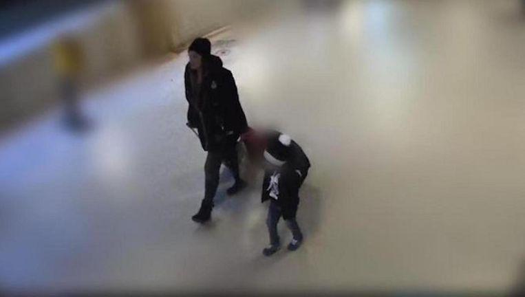 Nabila R. en haar zoontje op camerabeelden. Beeld Politie