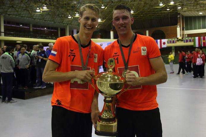 PKC-spelers Laurens Leeuwenhoek (links) en Olav van Wijngaarden poseren in Durban met de gewonnen WK-beker.