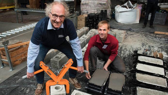 Ontwikkelaars Gerard Steijn (l) en Harmen Zijp kunnen samen met drie collega's binnen een dag een huis bouwen met legostenen.