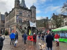 Klimaatdemonstranten op het bordes van de Waag in Deventer: 'noodburgemeester' eist actie