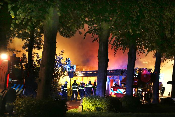 De uitslaande brand ontstond bij een pand aan de Maasdijk in Ravenstein.