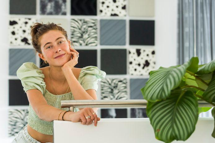 De filmpjes van de 19-jarige Bibi Doesburg uit Eindhoven zijn inmiddels door miljoenen mensen gezien.
